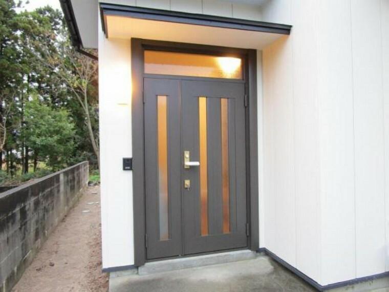 玄関 (リフォーム済)玄関扉は新品交換済み。玄関は住宅の顔ですので、交換したことで印象がグッとよくなりました。