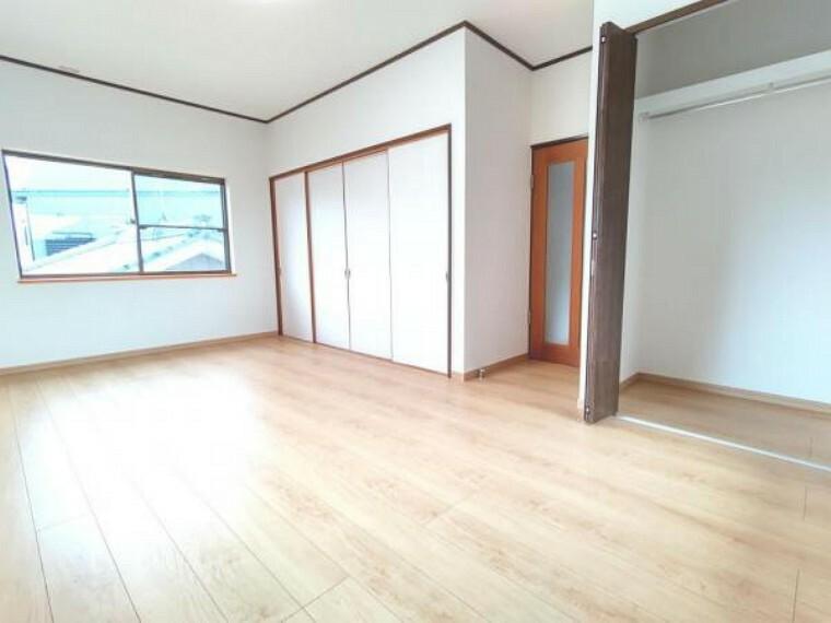 (リフォーム済)2階9.5帖の洋室は床・天井のクロスと、床のフローリングを張替えました。南側にあり、3方向に窓がありますので明るいお部屋です。