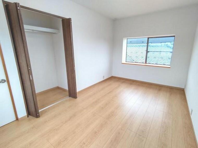 (リフォーム済)2階7.5帖和室はフローリング張の洋室へ改装致しました。収納もございますのでお子様のお部屋としてお使いになられてはいかがですか。