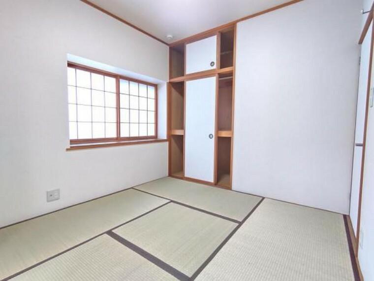 (リフォー壁のクム済)2階4.5帖の和室は畳の表替えとクロス張替えを行いました。隣の9.5帖の洋室と続き間になっていますので、14帖の大きなお部屋としてお使いにもなれます。