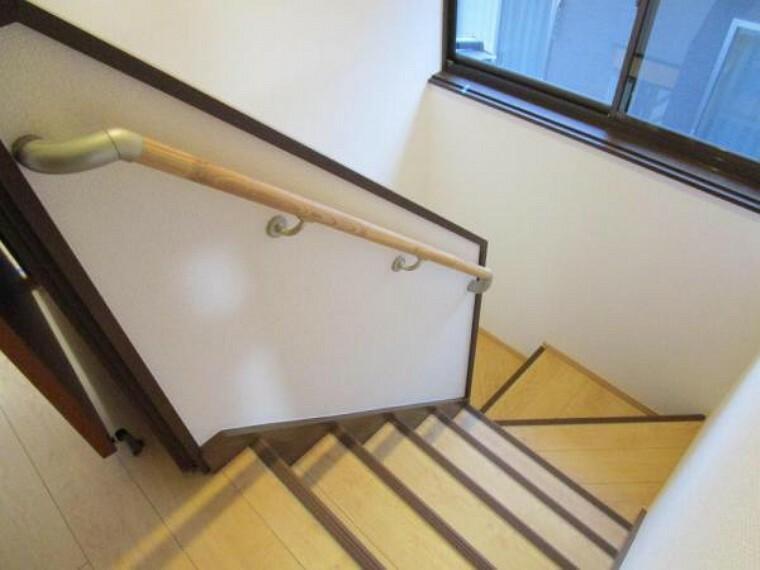 (リフォーム済)階段には手すりを新設しました。小さなお子様やご高齢の方がお住まいになられても安心ですね。