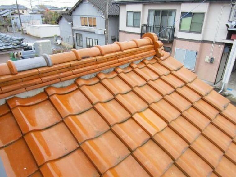 外観写真 (リフォーム済)屋根は焼き瓦です。雨漏れや瓦の欠損等がないかメンテナンスを行いましたので、安心してお住まい頂けますよ。