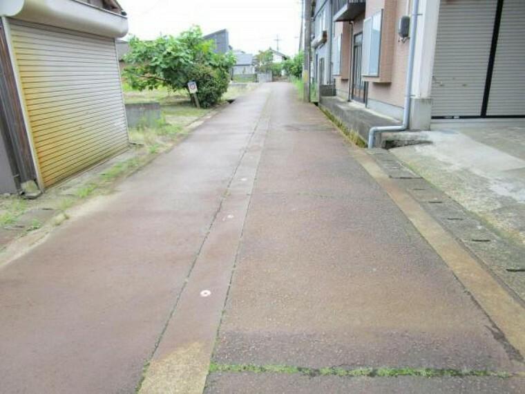 外観写真 前面道路は幅員約4.0mの阿賀野市道です。消雪パイプが敷設されていますので、雪が降った日でも安心ですね。