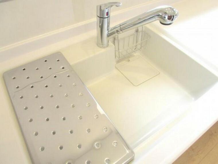 【同仕様写真】新品交換をしたキッチンのシンクは汚れが付きにくく熱に強い人工大理石製です。天板とシンクの境目に継ぎ目がないのでお掃除ラクラク。キッチンをより清潔に保てます。