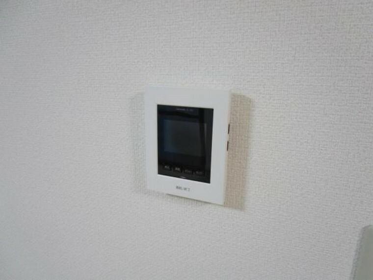 (リフォーム済)新しく設置したドアホンはカラーモニター付き。リビングに設置のモニターで玄関にいらしたお客様を確認してから応対できます。留守中の来客も記録できるので防犯面でも安心ですね。