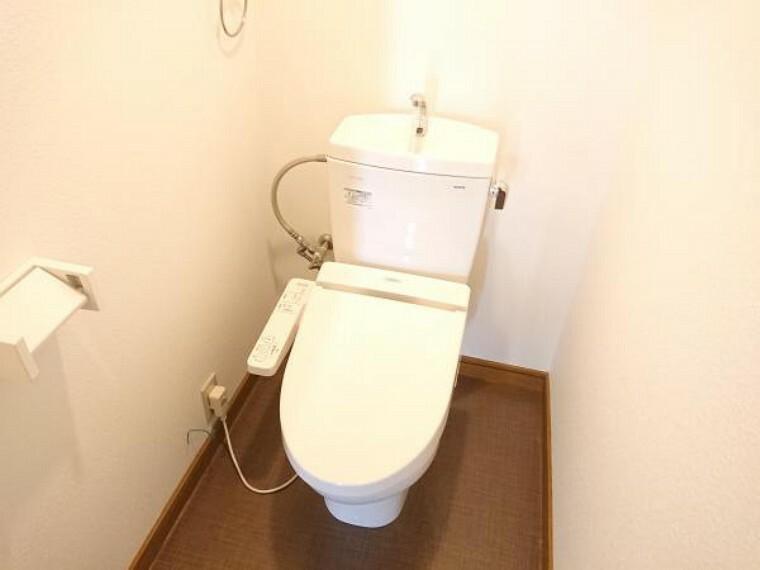 トイレ トイレの写真です。気になる水廻は全て専門の業者いにクリーニングをお願いしておりますので、新生活を気持ちよく生活が送れますね。
