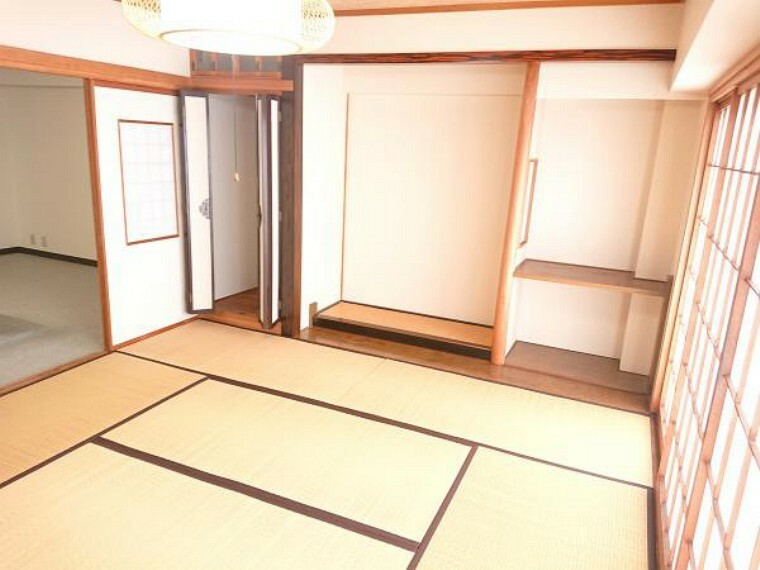 【和室8帖】南側はバルコニーがあり天気の良い日はお布団が干したくなる、陽当たりの良いお部屋です。全室ハウスクリーニング済み。