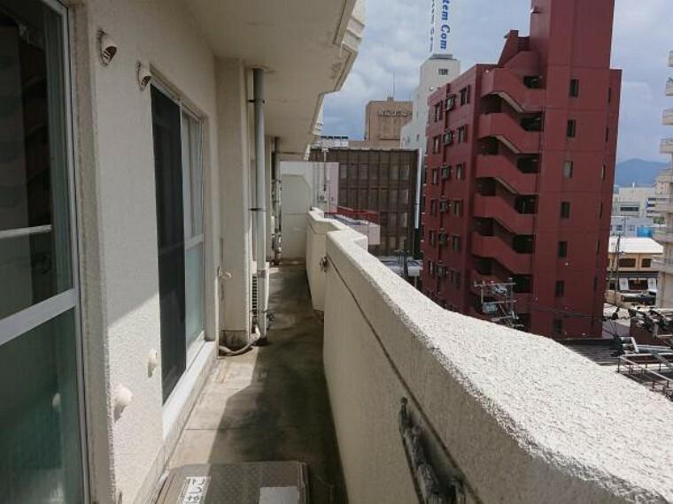 バルコニー 【バルコニー】南向きのバルコニーです。日が良く当たりお洗濯も早く乾きそうですね。