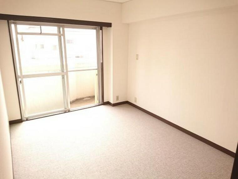 【洋室6帖】クリーニングを行いました。南側に掃き出し窓があり明るい陽射しが部屋内を照らしてくれるお部屋です。になっているのでお子様のお部屋にしてはいかがでしょう。