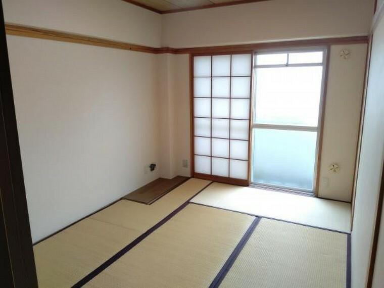 【和室6帖】襖障子の張替えを行い、室内はクリーニングを行っております。LDKに隣接している和室なので、食後の一休憩などはいかがでしょうか。