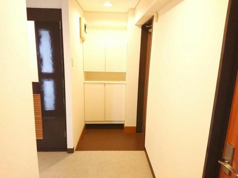 玄関 【玄関ホール】玄関収納は二の字型のシューズボックスが設置されておりクリーニングを行いました。内部の棚は可動式でブーツなどの収納の際には調整が出来切るようになっております。