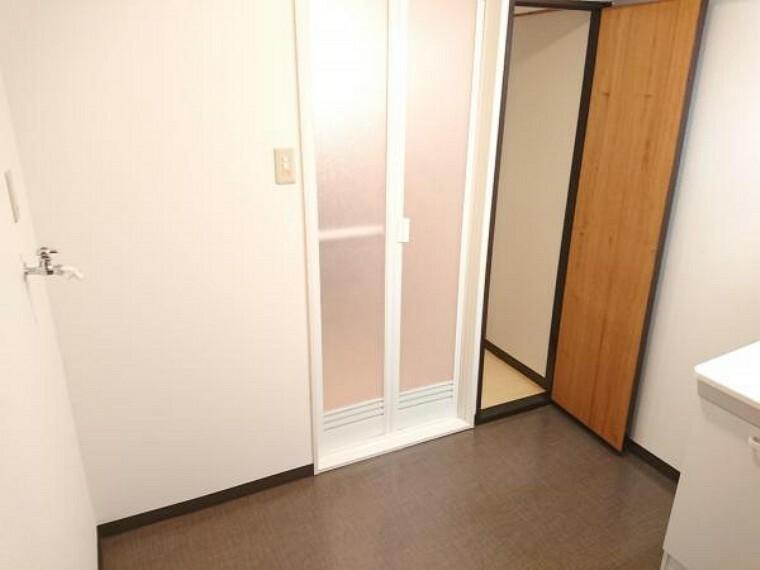 洗面化粧台 【洗面脱衣室】3帖の広さがある洗面脱衣室です。浴室脇には収納スペースもあり生活用品の収納場所にお使いいただけます。