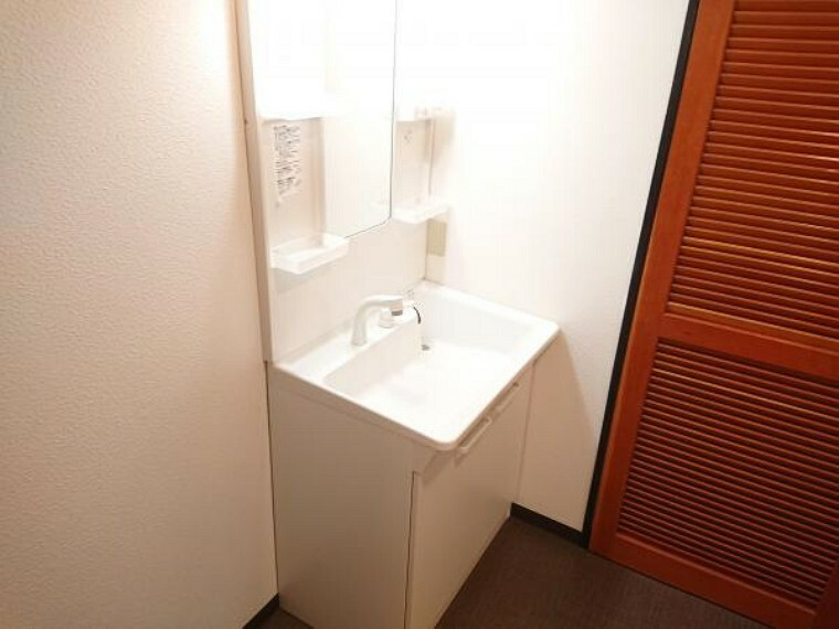 洗面化粧台 【洗面化粧台】洗面化粧台はクリーニング済みです。TOTO製の洗面化粧台の水栓は、お湯と水をきちんと使い分けられるエコシングル水栓です。お湯のムダづかいを防ぐので、ガス代も節約。家計に優しい設計です。