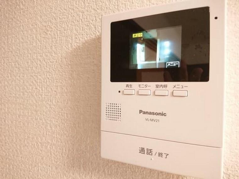 防犯設備 カラーモニター付きのドアホンは留守中の来客も記録できるので防犯面でも安心ですね。ご年配の方やお子様のお留守番でも安心ですね。