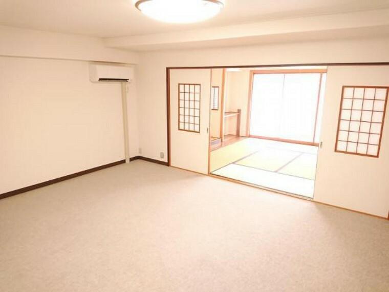 居間・リビング 価格には消費税を含みます。【洋室14帖】14帖洋室は南側8畳和室に接しているお部屋のため建具を開放すれば22帖の大きな空間として利用することが可能です。クリーニングを行っております。