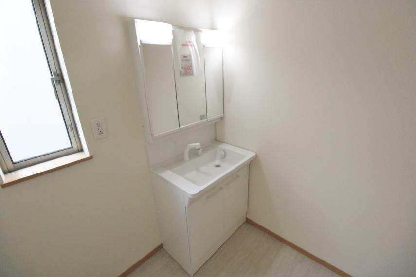 洗面化粧台 白を基調とした清潔感ある洗面スペース。