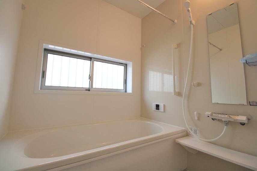 浴室 1坪以上の広い浴室なら、お子様と並んで体を洗ってもゆとりがあります。