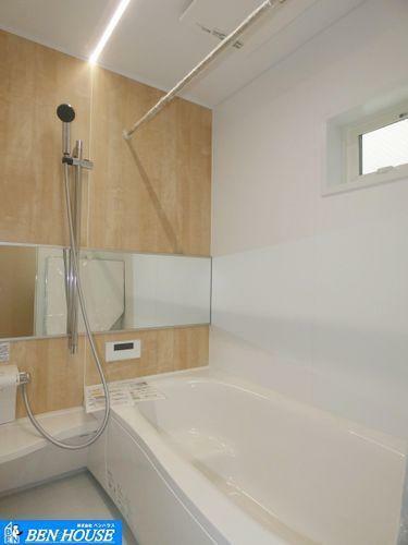 浴室 浴室換気乾燥暖房機付きバス ・一日の疲れを癒す広々としたお風呂。足を伸ばしてゆったりと入れます。小窓もあるので、しっかりと換気も出来ます。