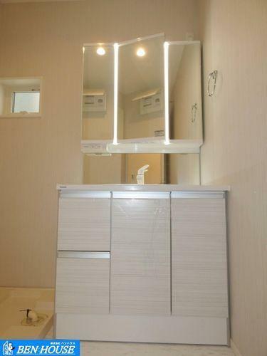 洗面化粧台 シャワー付き洗面台 ・収納力と実用性を兼ね備えた三面鏡付き洗面台。日々の身だしなみはここでバッチリです。 暮らしの快適性を彩る充実の仕様・設備で販売中。