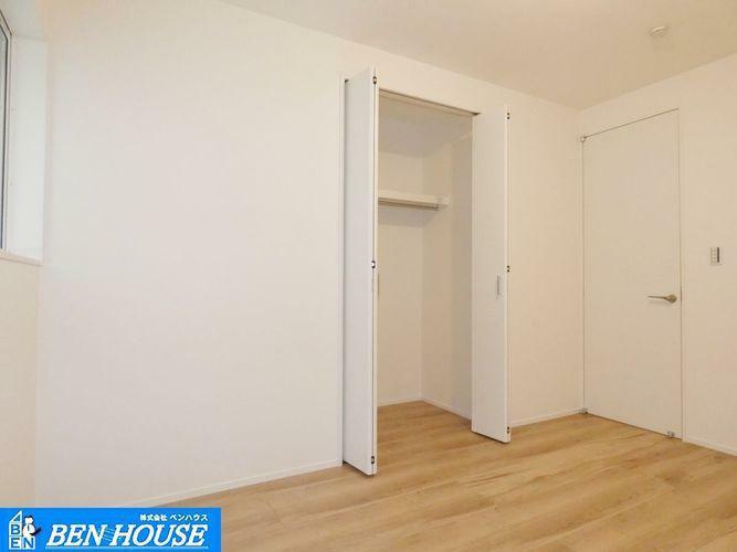 洋室 洋室の様子 ・全棟居室4部屋の大型間取を採用! ・大きな収納を設けた大容量設計でお部屋をスッキリ!