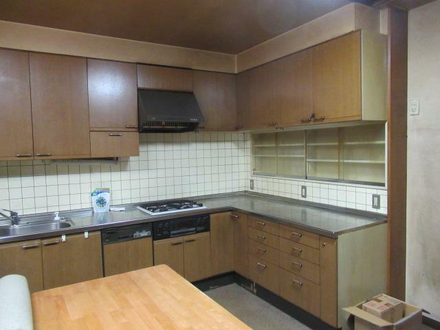 キッチン L字型のキッチンは家族と一緒にお料理もできますね