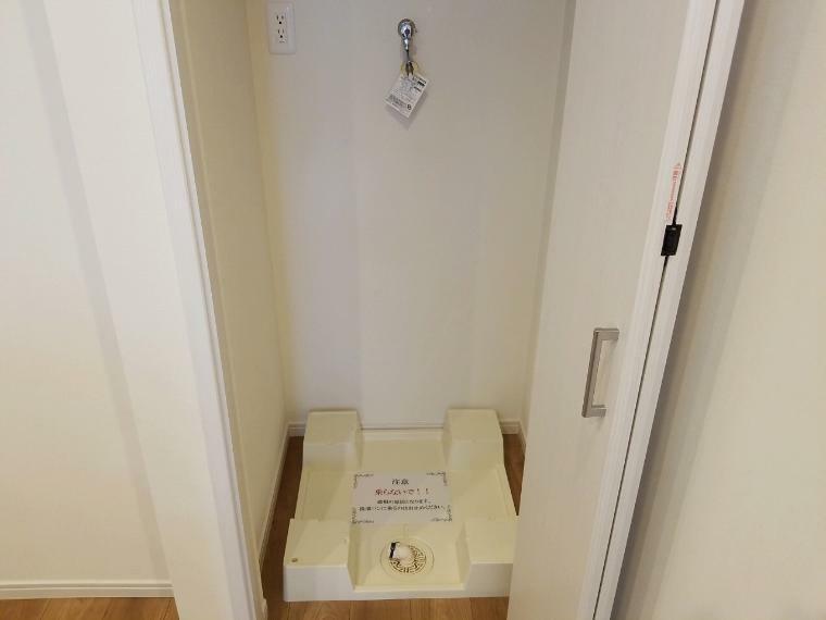 ランドリースペース 家事がしやすいように洗濯機置き場はキッチンの近くに 料理と洗濯が同時進行できバルコニーへの移動も楽々