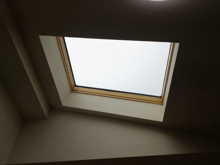 洋室 トップライトで家の中にいるのに上から陽射しが降り注ぎます 開放的なお部屋もあります
