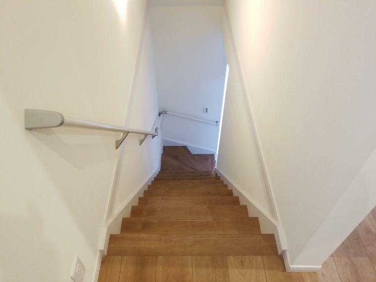 階段には手摺付 安全面にしっかり配慮しています