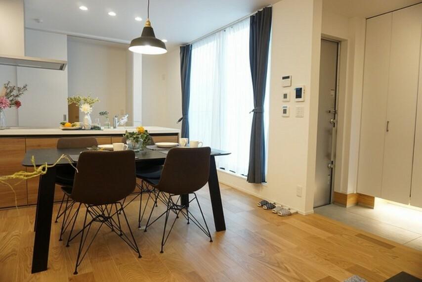 居間・リビング カウンターキッチンに加えて、リビング階段になっているので、お顔を合わす回数が増え、ぐっと家族の距離が縮まります。