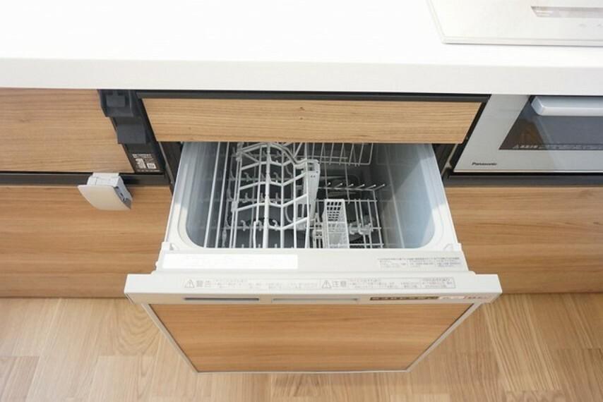 キッチン 家事の手助けになる食器洗浄乾燥機付きです。食後の後片付けも楽々です。