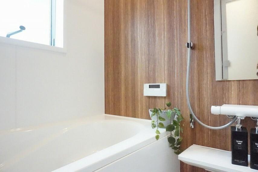 浴室 半身浴ができるベンチスペースがあり、節水にも効果を発揮します。1坪サイズなので、ゆったりとご入浴ができます。浴室乾燥機付きです。