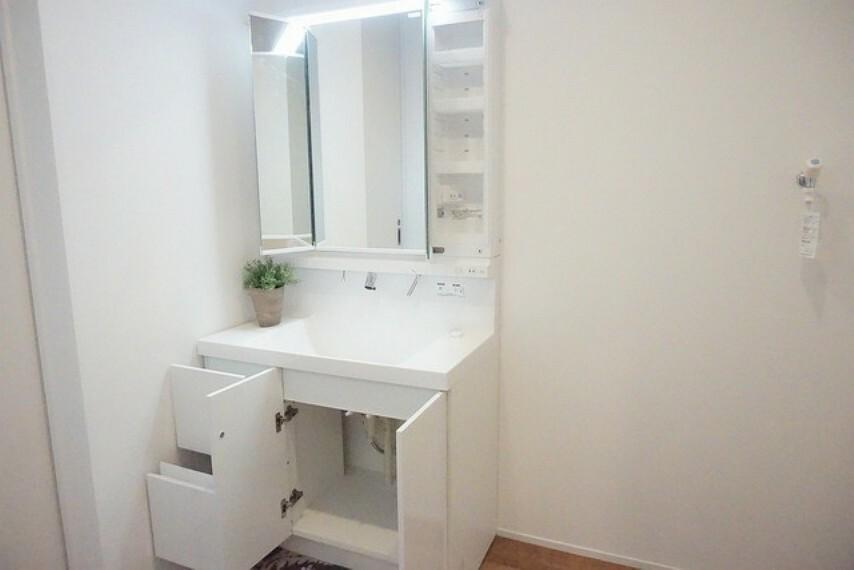 洗面化粧台 ミラー扉の内側が収納スペースになっています。ティッシュBOXも収納可能。可変トレイは、収納物に応じて高さの調節が可能。取り外して洗えるので清潔です。