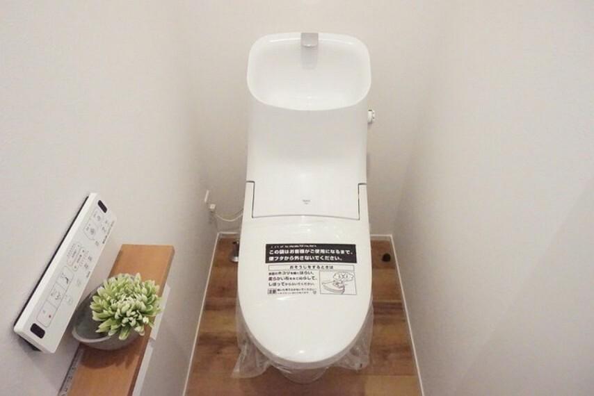 トイレ 温水、暖房、ウォシュレット付の高機能トイレ。汚れが付きにくく、落ちやすい加工がされており、お掃除もラクラクです。