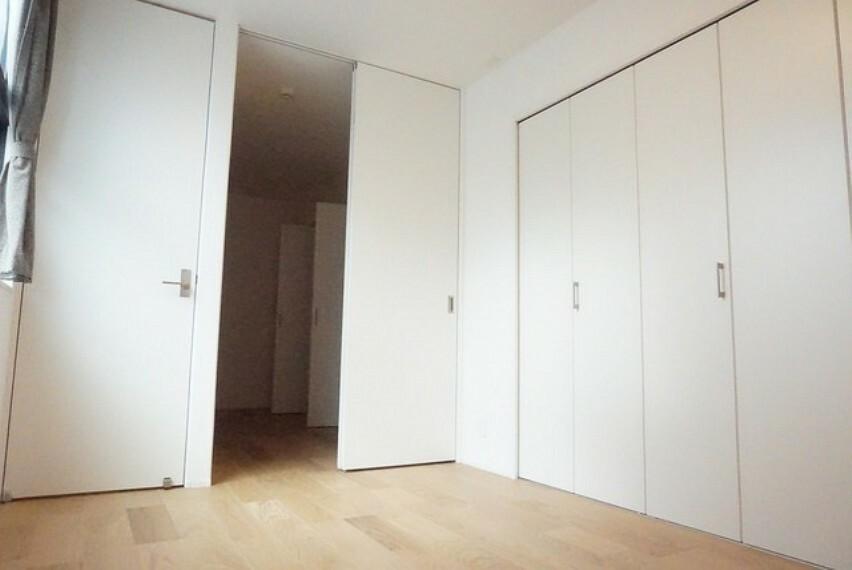 寝室 住む人のこだわりを活かす洋室^^日当たりがよく、寝室としての利用もおすすめ。広めのクローゼットもあり荷物もすっきり片付けれ、ゆとりのある暮らしが出来ます^^