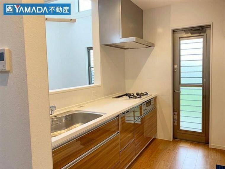 キッチン カウンターキッチンなので、リビングの様子を見守りながら家事ができます。便利な勝手口付き。