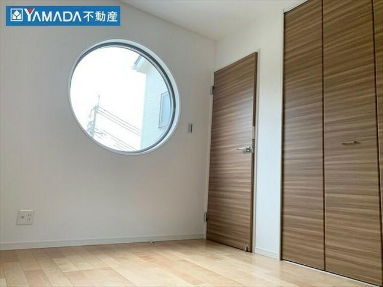 オシャレな円形の窓。各居室に窓があるので、通風良好です。