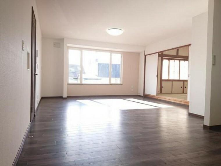 居間・リビング 【リフォーム後写真】リビングダイニングです。南東側に位置し、大きな窓もありますので、明るいリビングです。リフォームではクッションフロアを上張りで綺麗にし、壁紙を張替えしました。