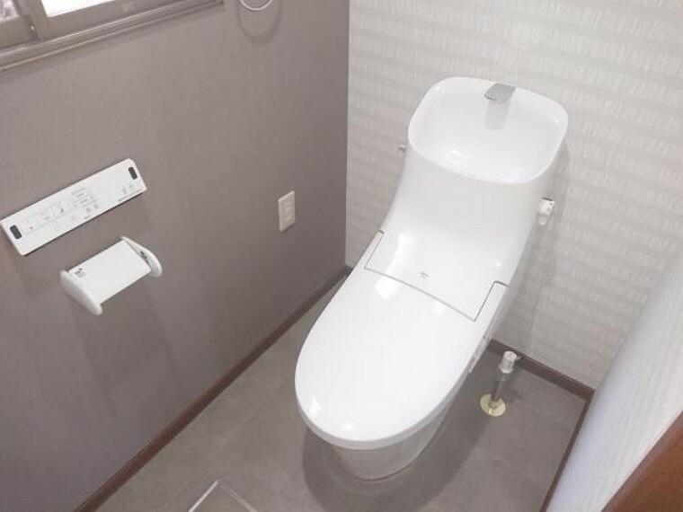 トイレ 【リフォーム後写真】トイレは便器ごと新品交換致しました。便座も温度調整が出来るので、寒い冬でも安心して利用できます。直接肌に触れる部分なので、新品だと嬉しいですね。