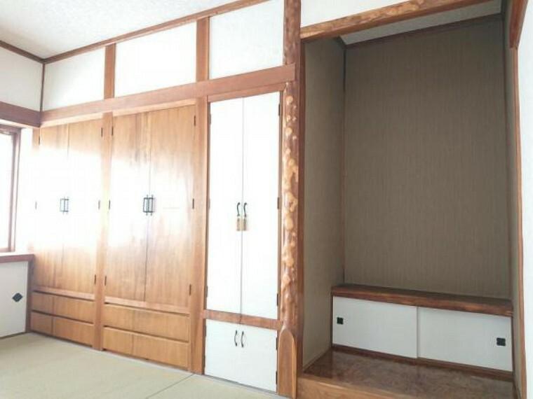 収納 【リフォーム後写真】リビング横1階西側約6帖和室の収納です。リフォームでは建具及び収納内部はクロスの貼替を行いました。真ん中に棚もありますので、用途によってお使い下さい