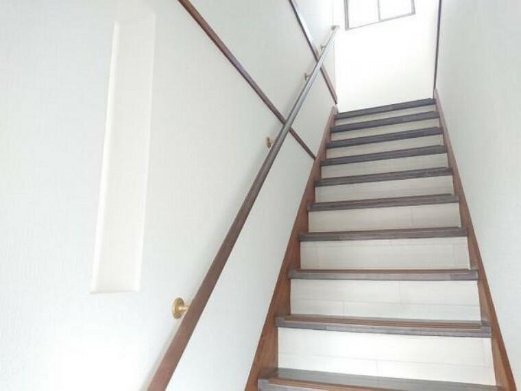 【リフォーム後写真】階段は、綺麗に貼替を行い、小さなお子様やご高齢の方に配慮して、手すりの設置、滑り止めの設置を致しました。安全性にも配慮しリフォーム致しております。
