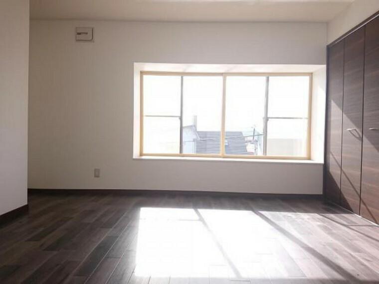 【リフォーム後写真】2階東側8帖和室です。洋室へ間取り変更を行いました。クッションフロア、クロスの貼替え、照明器具の交換を行いました。お子様のお部屋にいかがですか。