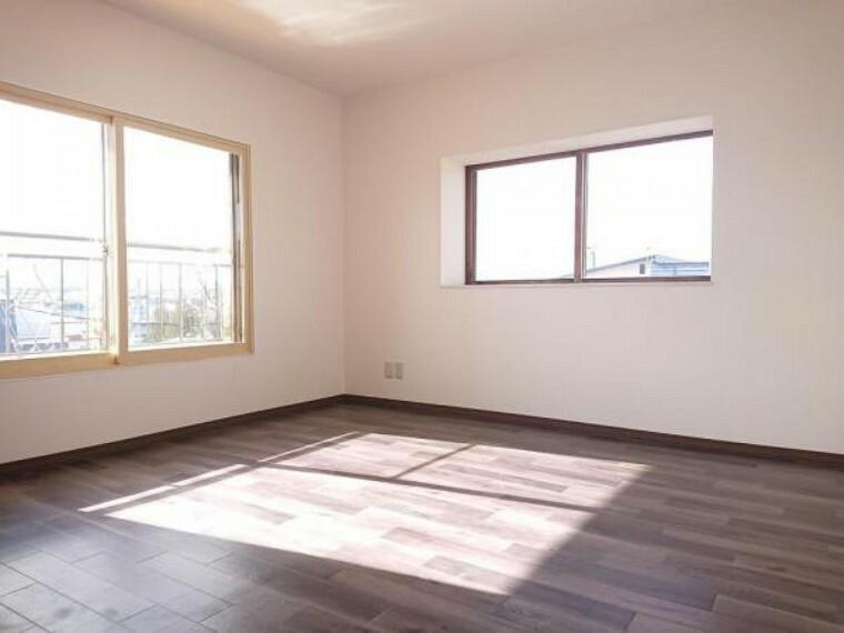 【リフォーム後写真】東側2階6帖洋室です。こちらもクッションフロア、クロスの貼替え、照明器具の交換を行いました。南側、西側に窓が御座いますので、日当たり良好ですよ。