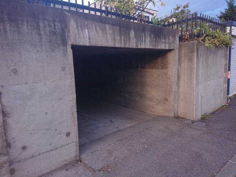 駐車場 【リフォーム後写真】敷地内にあります車庫写真です。こちらはリフォーム工事で一部解体を行いました。自転車等置くスペースとしてお使いください。