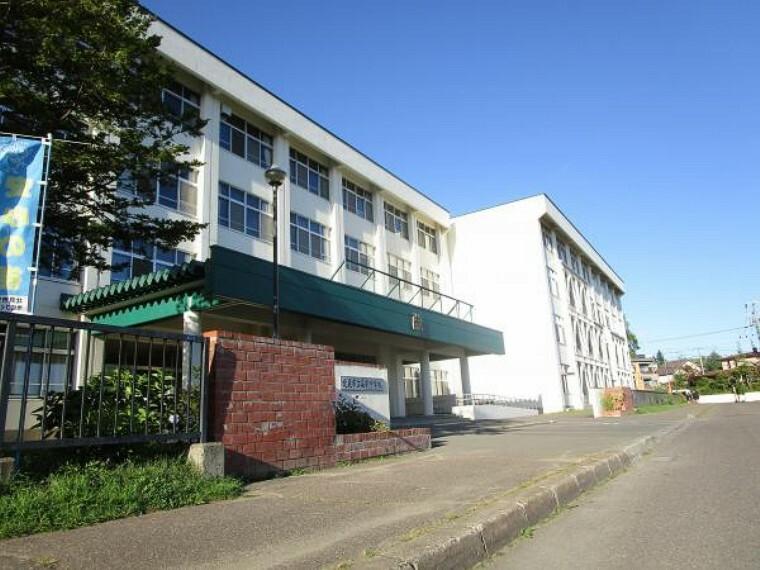 中学校 【周辺環境写真】近隣の中学校は高栄中学校です。徒歩約10分(約800m)の位置にあります。