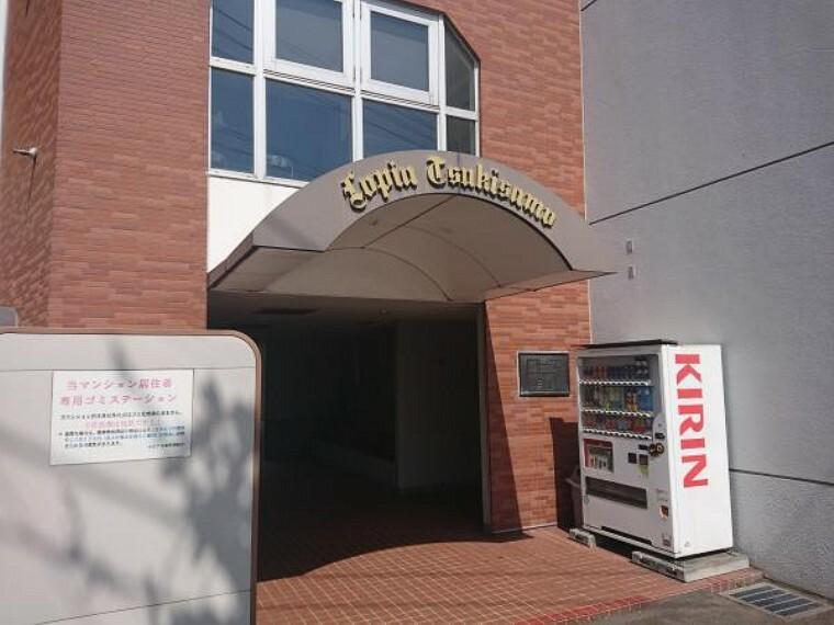 現況写真 【建物入口】レンガ調が特徴的な入口となっております。入口横には管理人室が御座います。