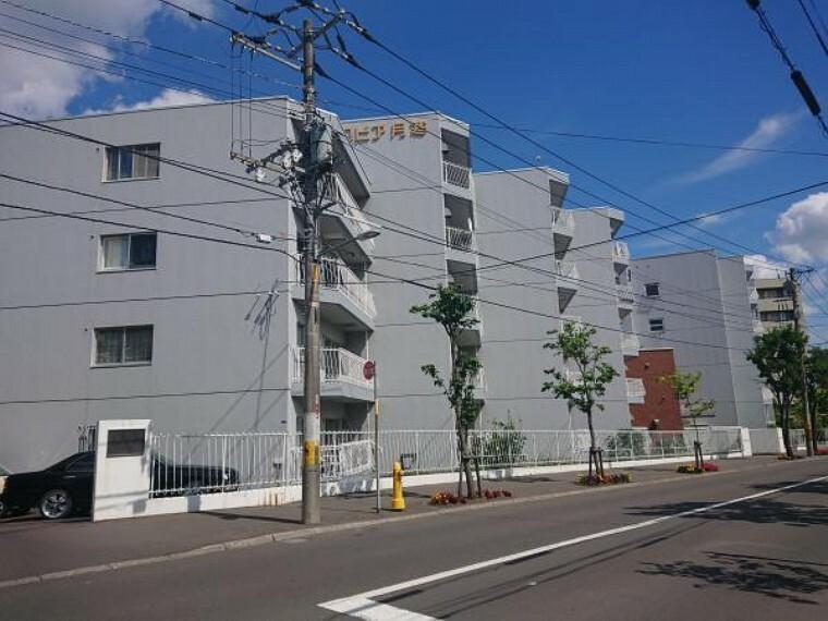 外観写真 【建物全景】地下1階付き5階建て総戸数71戸のうちの1階です。1階には専用庭が付いているので、マンションでありながら庭付きと一戸建てのような生活もできます。
