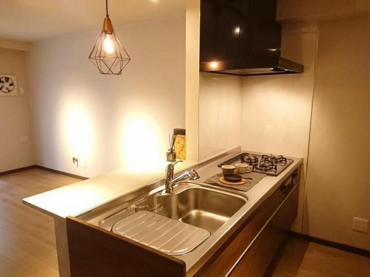 キッチン 【リフォーム後写真】キッチンは永大産業製の2100mm幅のシステムキッチンに交換致しました。三口コンロで使い勝手も良いです。