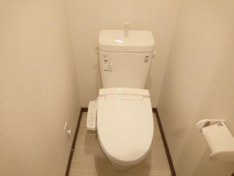 トイレ 【リフォーム後写真】トイレはLIXIL製のトイレに交換致しました。便座も温度調整が出来るので、寒い冬でも安心して利用できます。直接肌に触れる部分なので、新品だと嬉しいですね。