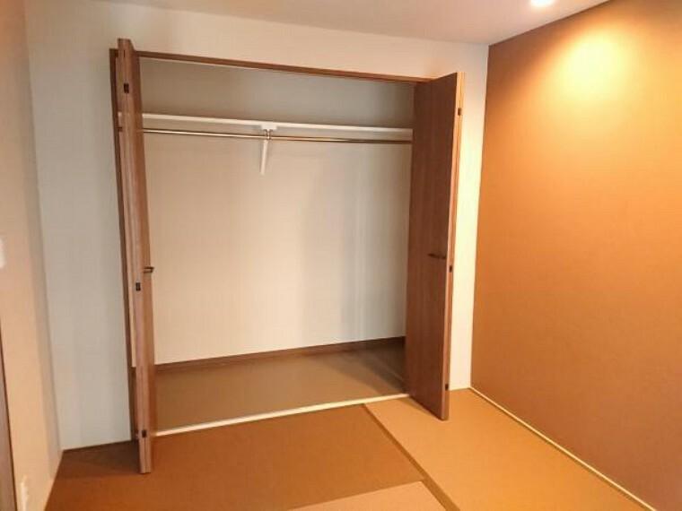 収納 【リフォーム後写真】6帖和室の押入はクローゼットに変更致しました。クローゼットに変更することで使い勝手も良くなりますね。
