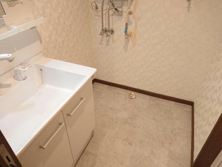 洗面化粧台 【リフォーム後写真】洗面脱衣場の床は水に強いクッションフロアを貼替え致しました。リフォームでは建具を新設しトイレとは独立した洗面室にするので使い勝手も良くなりました。